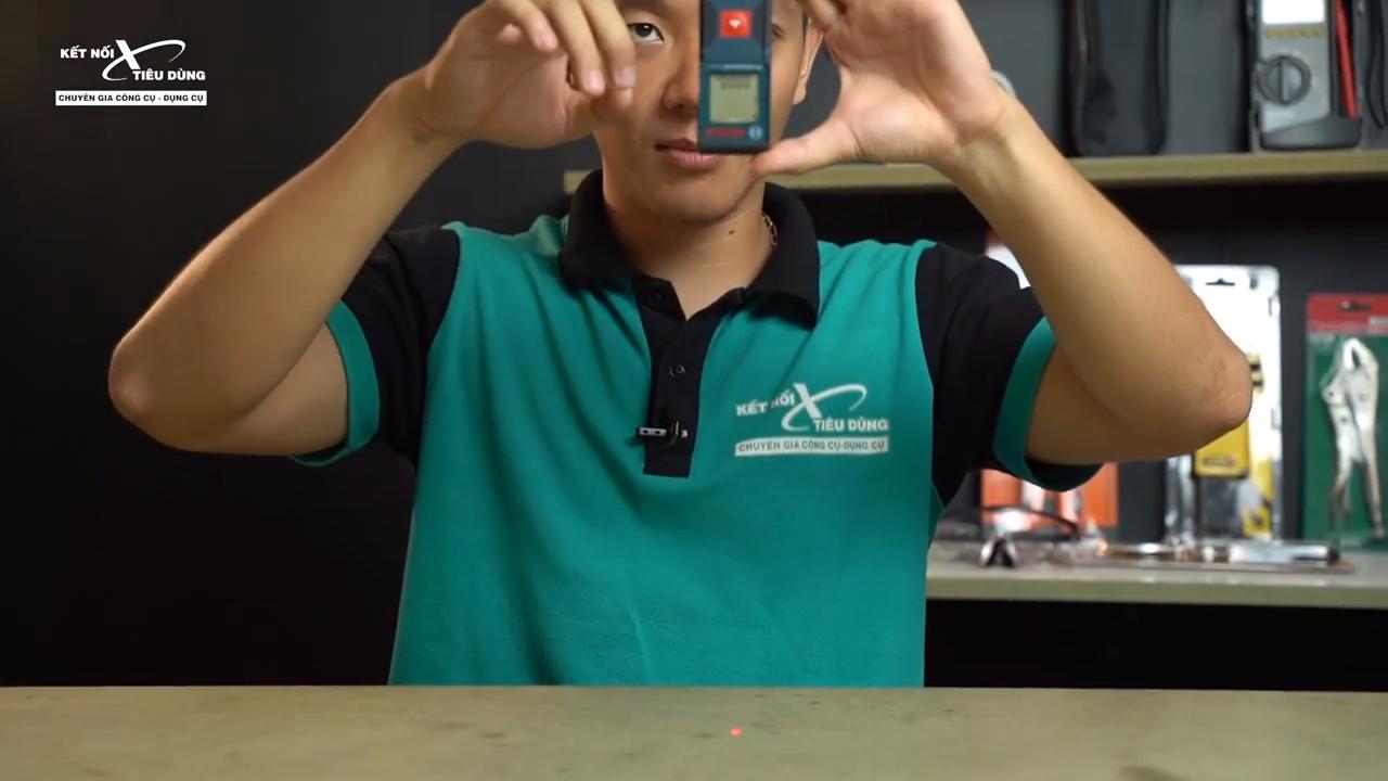 [Review] Máy Đo Khoảng Cách Laser Bosch GLM 30: Nhỏ Gọn, Đo Chính Xác 30m - tiến hành đo