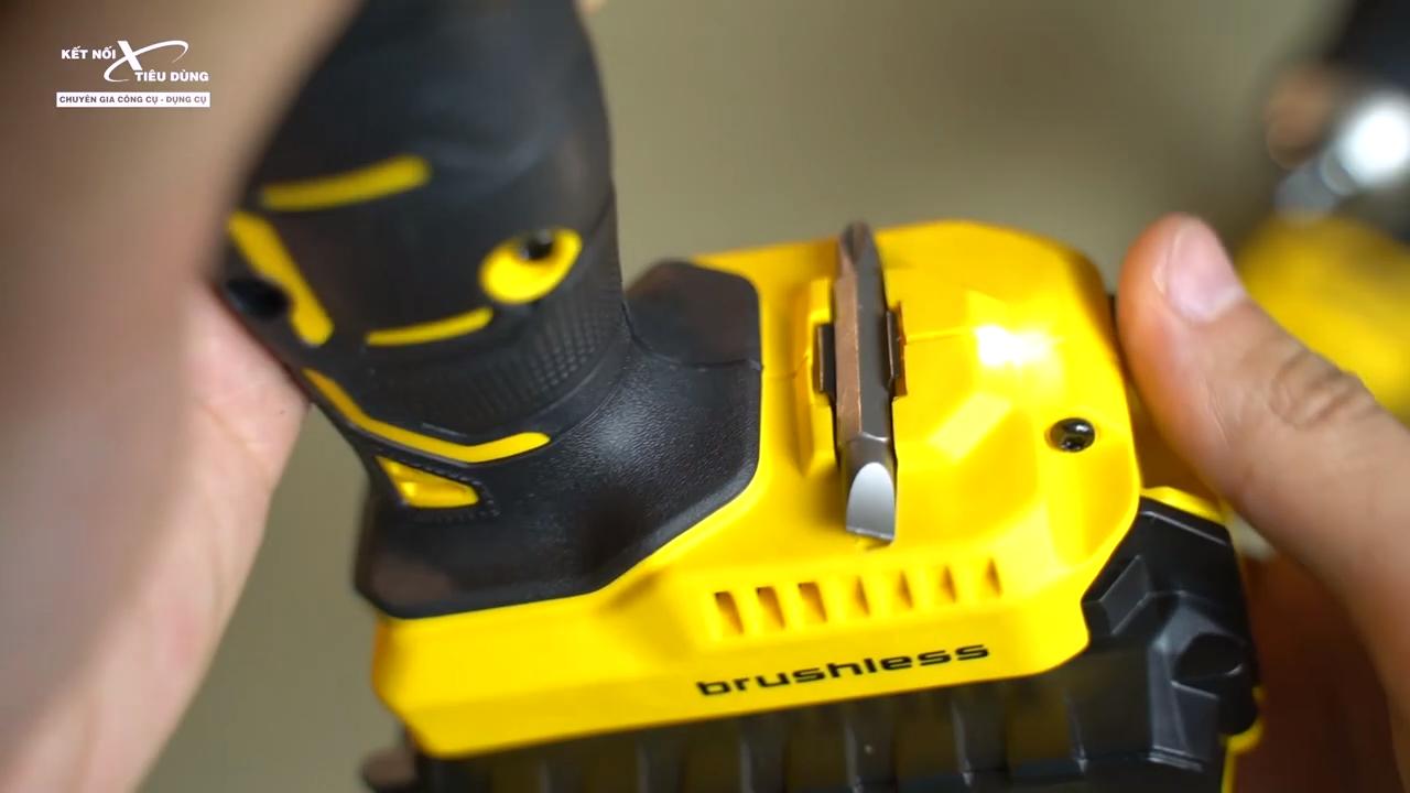 [Review] Máy Khoan Pin Stanley SBH201D2K & SBD201D2K - Hàng MỸ Có Khác - lẫy giữ mũi khoan, đèn LED trợ sáng