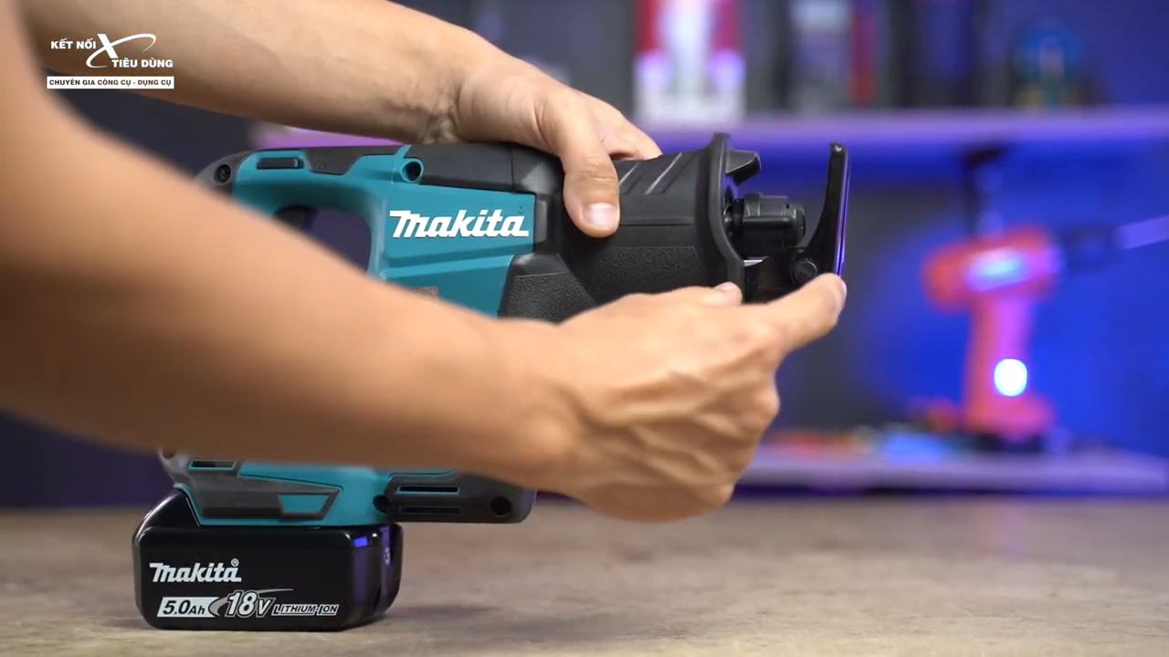 Bệ tì ở phần đầu máy DJR188 cho phép anh em điều chỉnh các góc cắt khó, tạo đường cắt thẩm mỹ hơn