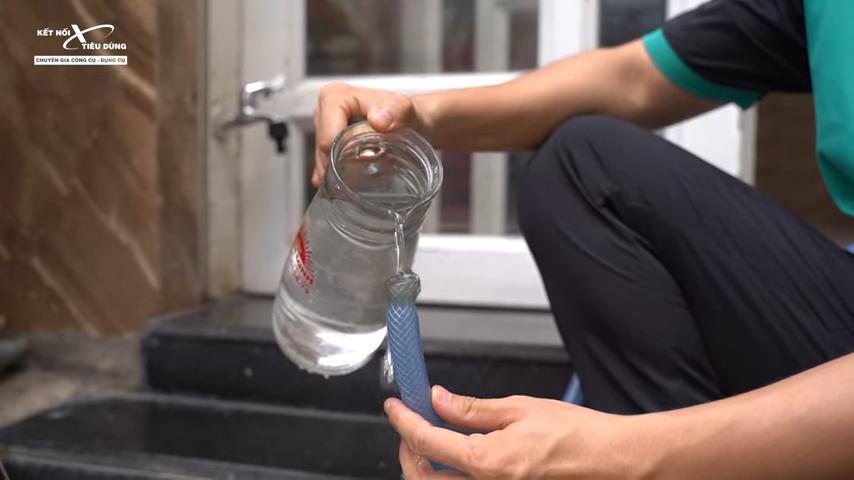 Máy xịt cao áp có khả năng tự hút thì Anh Em phải mòi đủ nước để trường hợp máy chạy khô trong thời gian dài