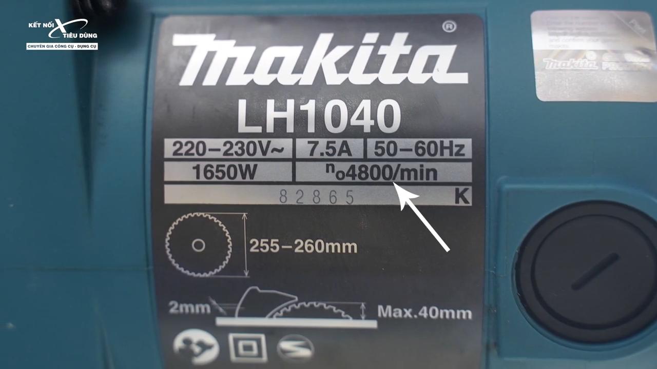 Công suất 1650W cùng tốc độ không tải 4800 vòng trên phút giúp cắt, cưa vật liệu nhanh chóng và chính xác