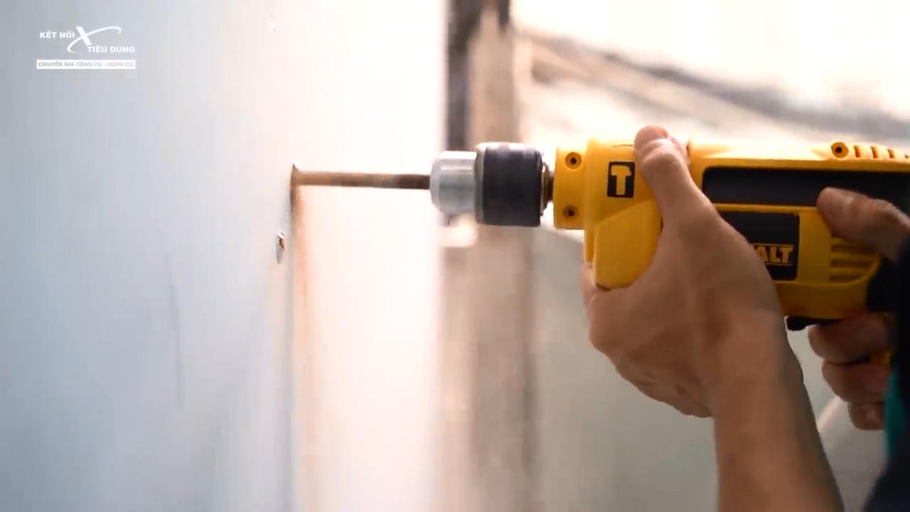 Con máy trang bị hai chức năng: khoan thường, khoan búa đáp ứng tốt nhu cầu công việc trong gia đình và nhà xưởng