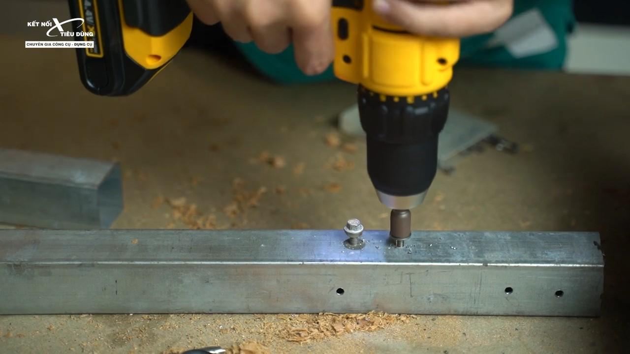 Bắt vít vào thanh kim loại một cách đơn giản, nhanh chóng