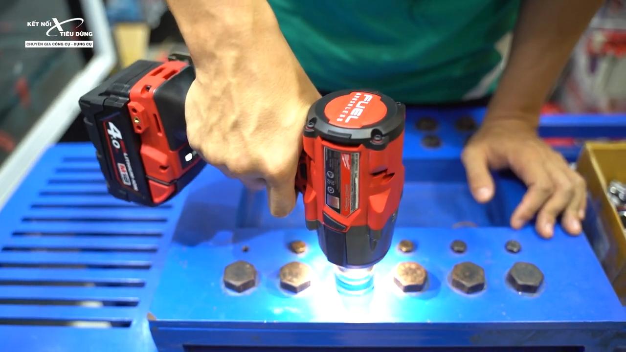 Kiểu dáng máy được cải tiến phù hợp, cho cảm giác chắc tay hơn khi anh em cầm nắm và thao tác trên vật liệu