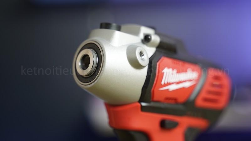 Thiết kế thân máy nhỏ gọn, cứng cáp giúp Anh Em thao tác linh hoạt ngay cả trong những góc nhỏ của vật liệu