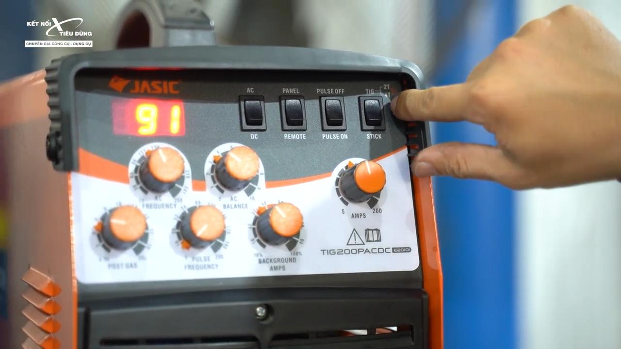 Máy hàn xung đa năng Jasic TIG 200P ACDC E20101 - máy được thiết kế hệ thống điều khiển trực quan giúp người dùng sử dụng dễ dàng và nhanh chóng