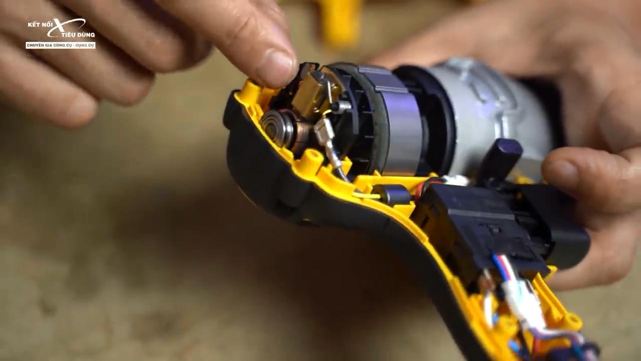Các chi tiết bên trong máy được bố trí gọn gàng giúp việc thay thế, sửa chữa nhanh chóng và dễ dàng hơn