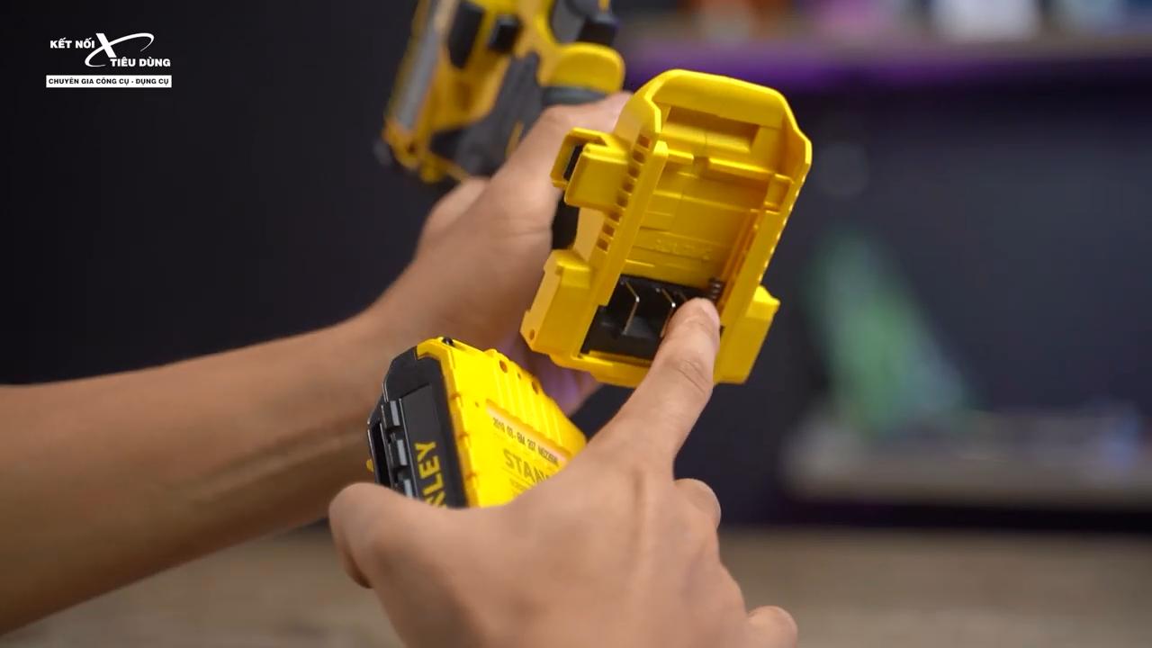 Khoan để pin có nút lò xo giúp việc tháo lắp pin dễ dàng chỉ với một lần nhấn