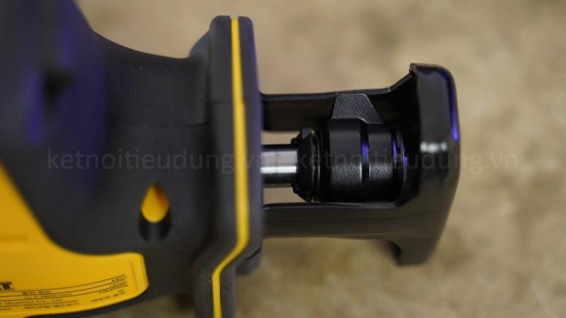 Bệ tỳ vật liệu ở phần đầu máy cưa được giữ cố định không thể xoay các góc như máy cưa kiếm 18V