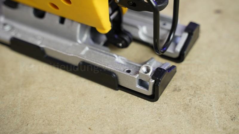 Đế máy cưa có trang bị lớp lót giúp di chuyển thuận tiện trong quá trình cưa và tránh gây trầy xước vật liệu