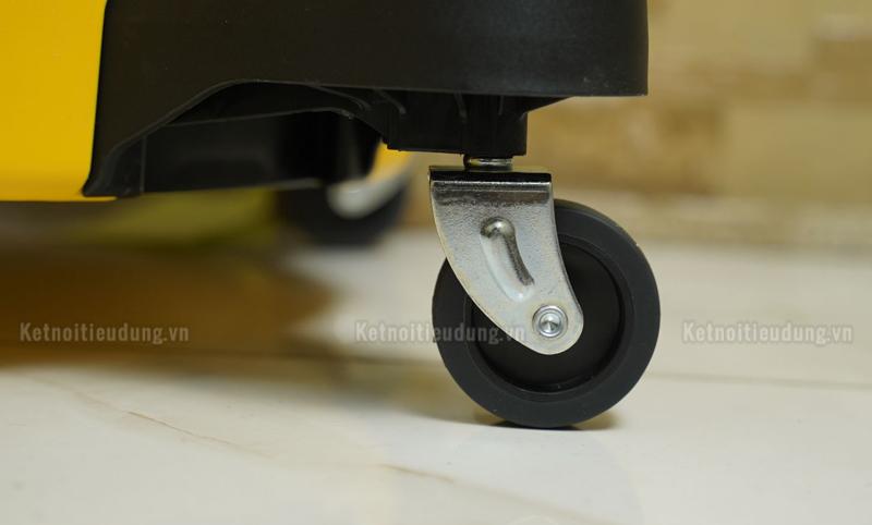Máy hút bụi có thiết kế vô cùng linh hoạt với công tắc điều khiển và bánh xe mang đến khả năng cơ động đa hướng