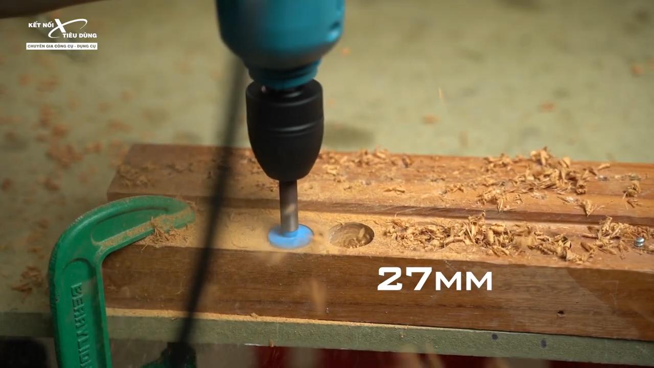 Máy khoan không chỉ hỗ trợ người dùng khoan gỗ, khoan sắt mà còn có khả năng khoan lỗ và bắt vít đơn giản
