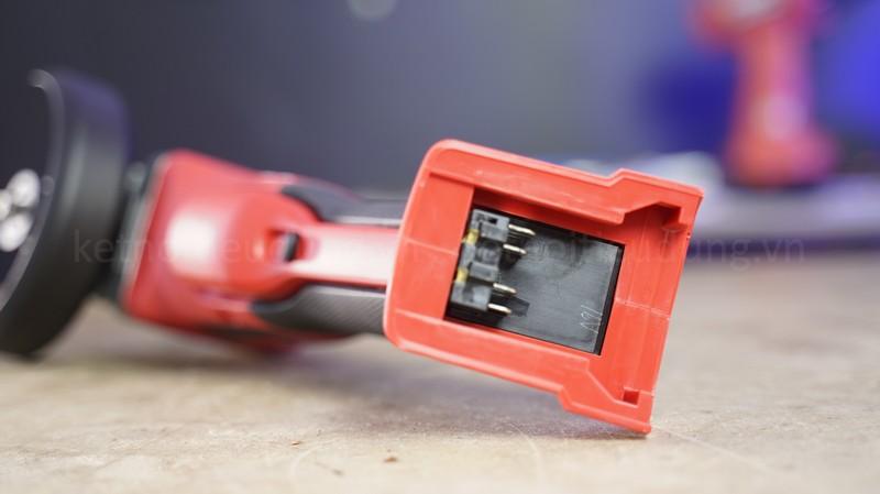 Milwaukee M18 CAG100XPDB thiết kế công tắc bóp rất an toàn, thao tác dễ dàng trong thời gian dài mà không bị mỏi