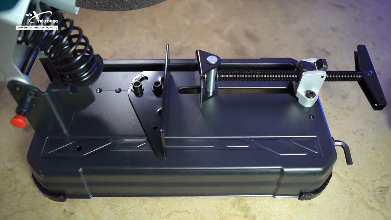Máy cắt trang bị phần đế vững chắc giúp quá trình cưa cắt vật liệu chính xác và an toàn