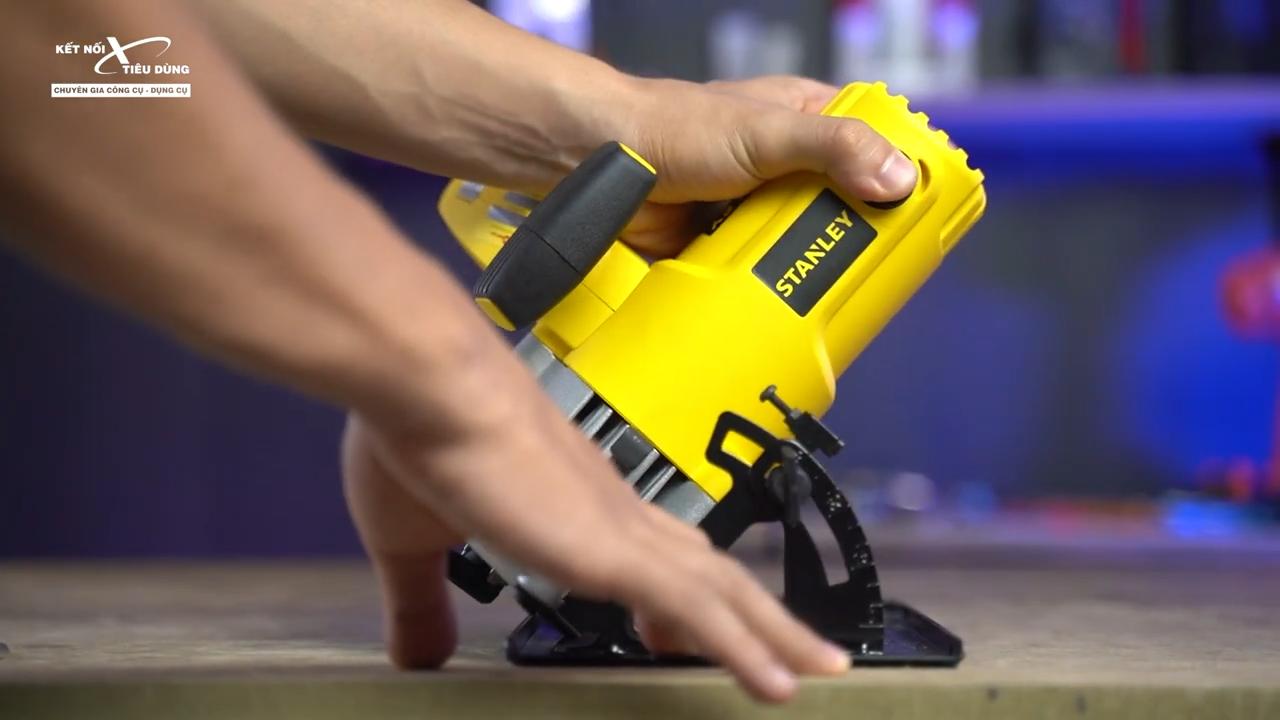 Stanley SC16 có thể cắt góc xéo 45 độ, điều chỉnh dễ dàng bằng cây lục giác