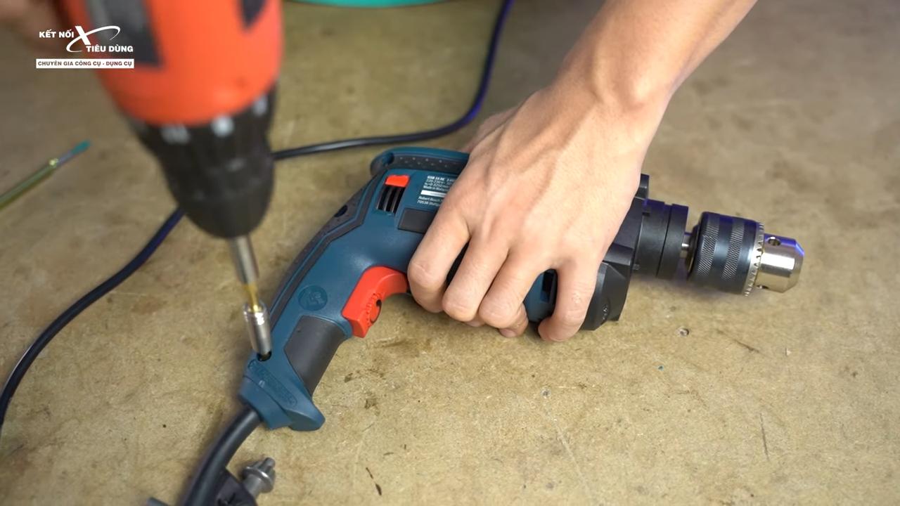 Cách mở máy khoan Bosch GSB 16RE thay chổi than, rotor, stator, cò điều tốc - dùng dụng cụ hỗ trợ tháo vít bên thân máy khoan