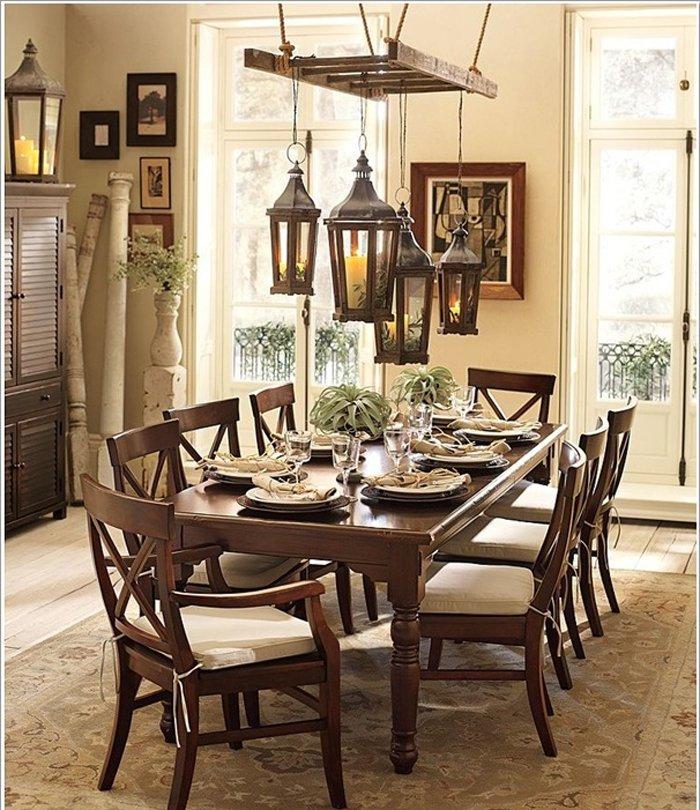 Trang trí bàn ăn bằng đèn treo trần làm từ thang nhôm cũ.