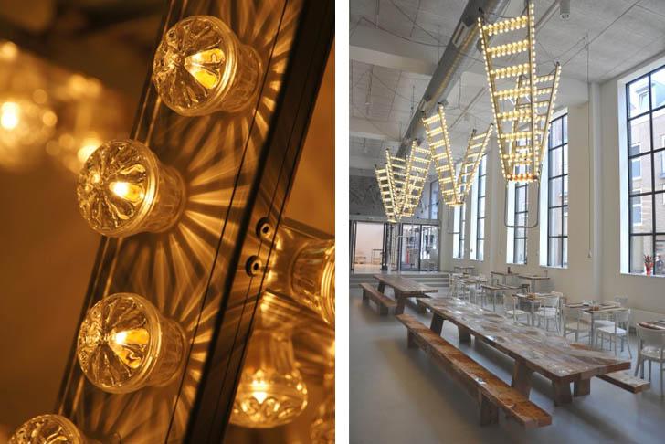 Đèn chùm treo trần từ thang nhôm cũ mang phong cách cổ điển.