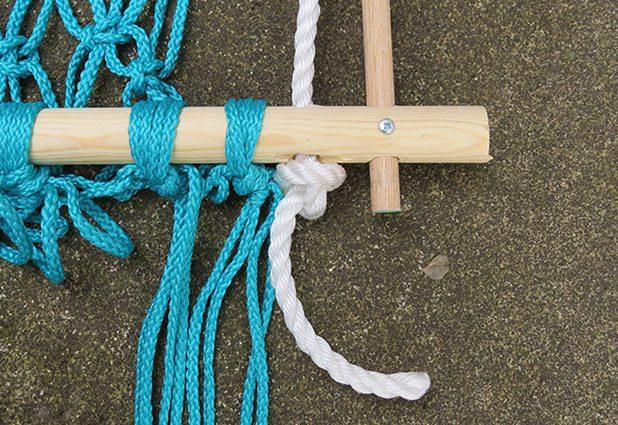 Nút gút dây ở thanh gỗ lớn phía dưới khung võng