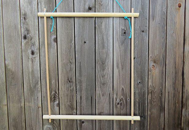Treo khung dây lên để dễ dàng trong việc đan dây