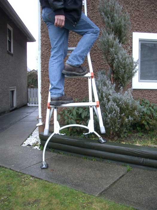 Không được kê chân thang lên để tăng chiều cao cho thang