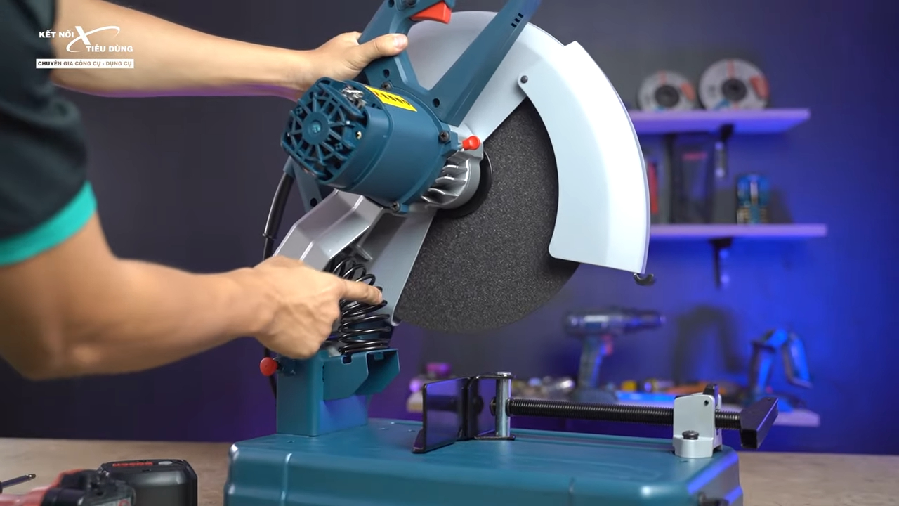 Máy cắt sắt Bosch GCO 14-24 liệu có ngon trong tầm giá - máy cắt sắt có hệ thống lò xo giúp anh em cắt dễ dàng và an toàn hơn